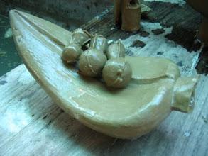 Photo: Wachsmodell des Tautropfenblattes mit Eingusskanälen