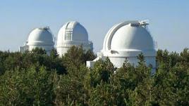 Cúpulas de los tres telescopios del observatorio de Calar Alto.