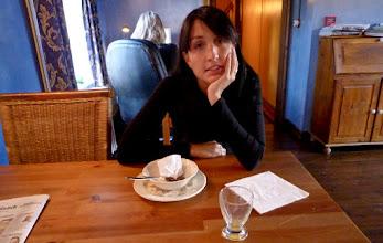 Photo: Anabel saciada con el desayuno, y detras es la mujer en la recepción del hotel.