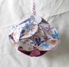 Photo: Glob origami cartonaşe de culoare grena, alb şi imprimat floricele, piese standardizate, agăţătoare din panglica albă cu buline roşii Dimensiuni 13 cm x 9 cm realizat de Maia Martin Se poate folosi la decorarea casei de sărbători, la decorarea bradului de Crăciun, ca mărturii nuntă, mărturii botez  Preţ: 10 lei  http://dekoratiuni.blogspot.ro/2014/04/glob-origami-2.html