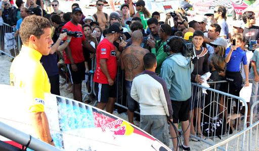 e0fd838b6be Adriano de Souza vai pra água enquanto Bobby (de costas) atende os fãs