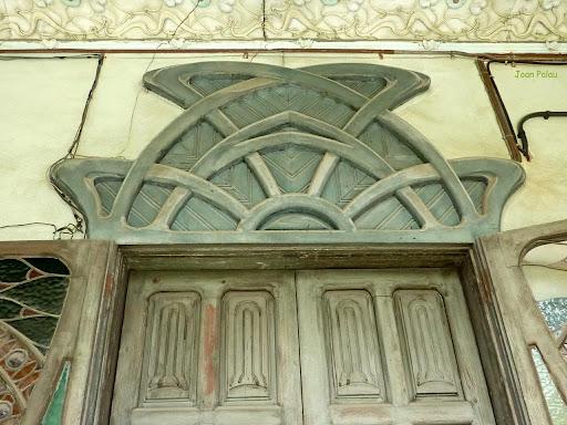 Casa tosquella fachada interior barcelona modernista for Dintel de madera