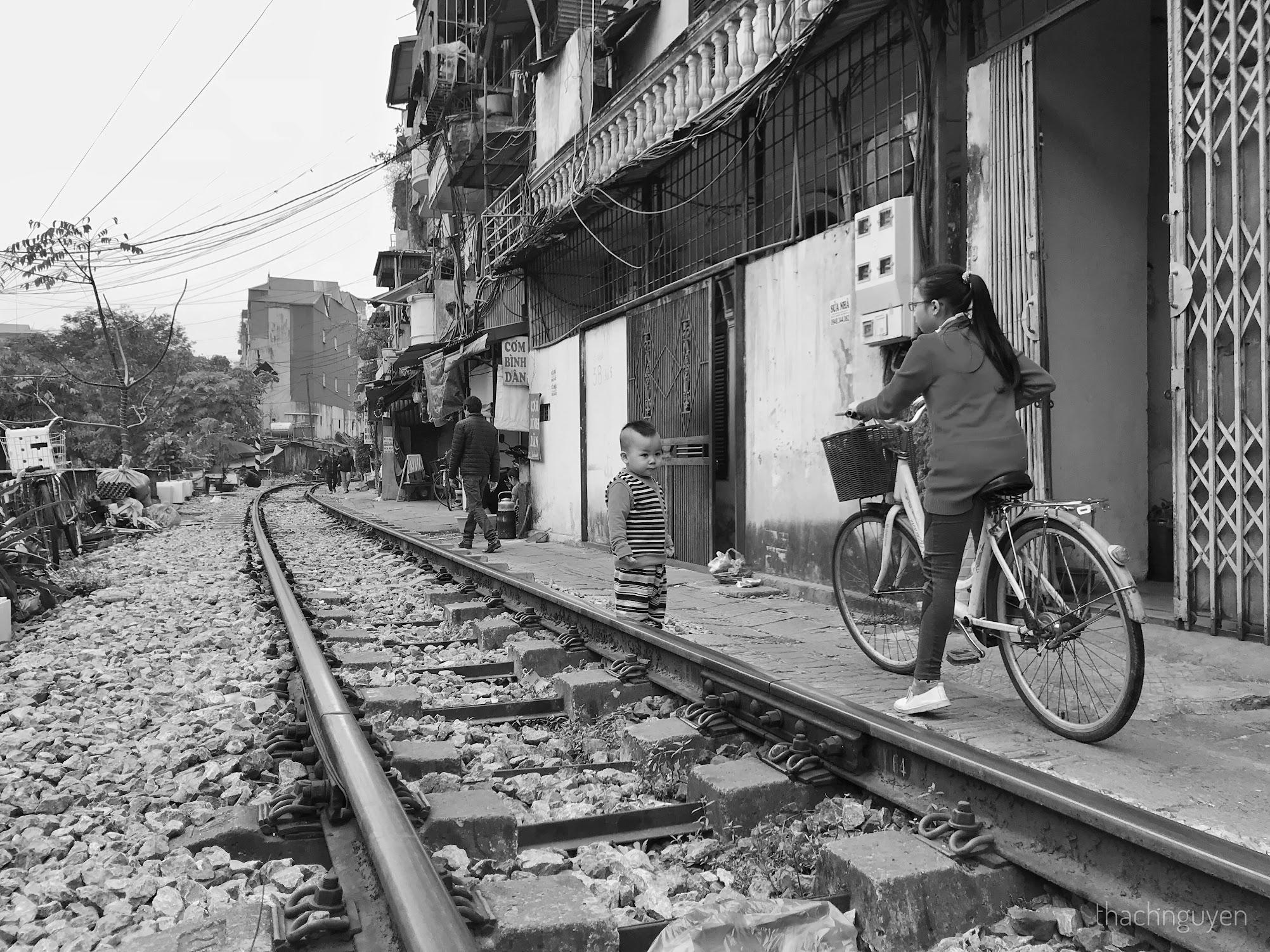đứa trẻ chơi đùa bên đường tàu