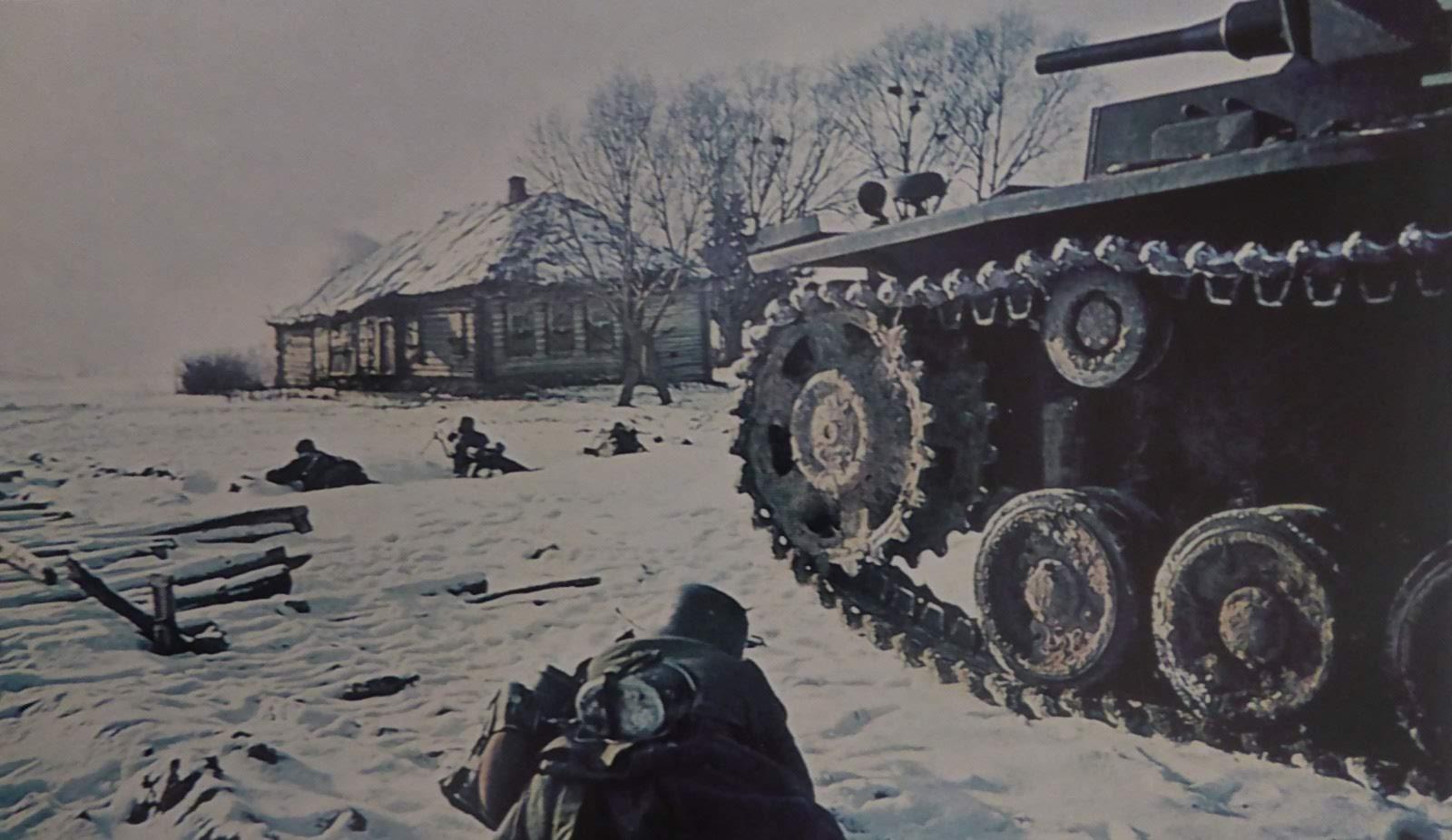 1941. Пехотинцы и танк Pz.Kpfw. III 11-й танковой дивизии вермахта (11. Panzer-Division) на позиции под Волоколамском