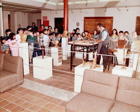 Photo: Exposición en el Centro Socio Cultural ''Caleidoscopio'' de Móstoles, en 1986 (Alumnos de un colegio de la localidad visitan la exposición). || Talla en madera. Woodcarving.   Puedes conocer más de este artista en el blog: http://tallaenmadera-woodcarving-esculturas.blogspot.com/