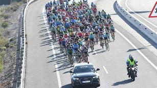 El pelotón de la Vuelta a Almería en la pasada edición.