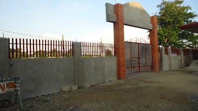 Photo: Mamburaon koulun aita rakenteilla.