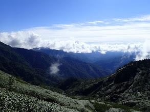雲の上から木曽御嶽山が覗く