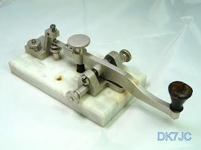 """Photo: Es ist ein """"Morsenüggel"""" eine Taste im scandinavien Style (hintenliegende Kontakte und hat eine sehr weiche und leiseTastung ) die Bauweise entspricht der von L.M.Ericsson Stockholm.  Die Grundplatte deuted auf die Bauzeit um den 1.WK hin, denn zu Anfang des 20.Jahrhundert wurden elektrische Anlagen auf Marmorplatten montiert. Jan SM5LNE meint diese Taste wurde auf einem Schiff verwendet. """"SM""""  # 918  Eine gleiche Taste hat OH6NT in seiner Sammlung mit dieser Information: Swedish key, made by SRA (Svenska Radioaktiebolaget) for the Swedish military in the 1950's"""