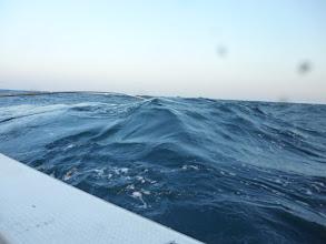 Photo: 潮も速く、波を船の横から、くらっております