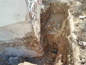 Photo: Von der anderen Seite, das Wasserrohr ist gefunden ( unverletzt!!!), auch ein altes das nicht mehr in Betrieb ist...links sieht man nochmals den Felsen