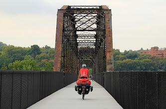 Photo: La piste cyclable traverse fréquemment la rivière.