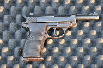 Photo: Německá samonabíjecí pistole Walther P38, hojně využívaná pistole důstojníků a příslušníků německého Gestapa.  Měla nahradit slavnou pistoli P.08, ale širšího rozšíření se jí dostalo převážně ke konci 2. světové války.  Autor popisku: Štěpán Pravda, student 1. A.