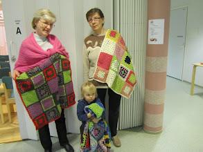 Photo: Ritva, Irma ja Hertta esittelevät kaikki kolme peittoa.