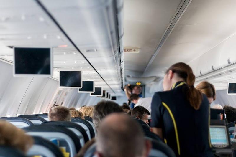 10 dingen die je beter niet doet in het vliegtuig