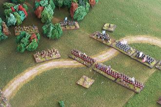 Photo: L'ala sinistra inglese (in basso nella foto) fronteggiata dall'ala destra avversaria.Nativi americani, alleati dei francesi, avanzano verso l'ala sinistra inglese. Miniature Baccus, materiale scenico autocostruito.