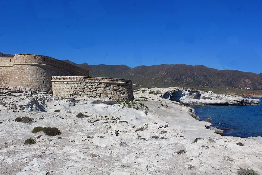 Parque Natural Cabo de Gata-Níjar, castillo y playa de los Escullos.