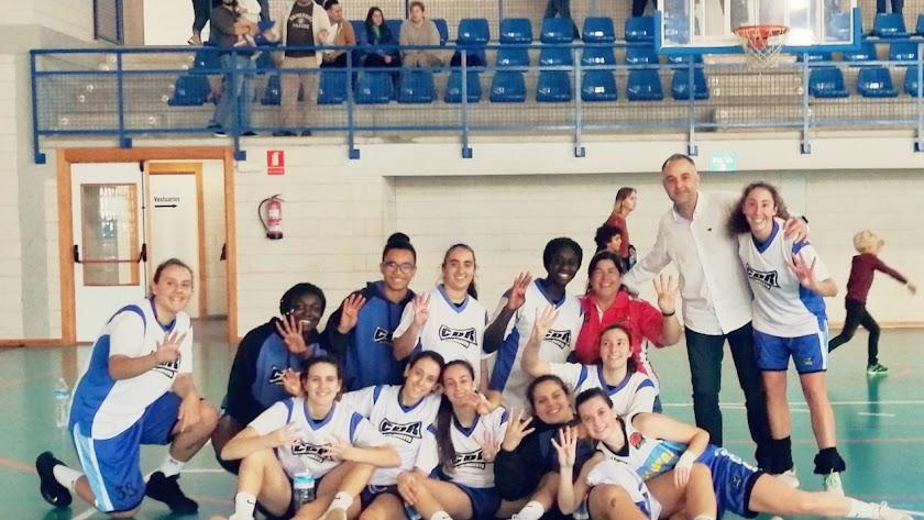 Las jugadoras del CD Roquetas celebrando el triunfo.