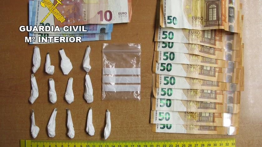 Dosis y dinero incautado por la Guardia Civil.