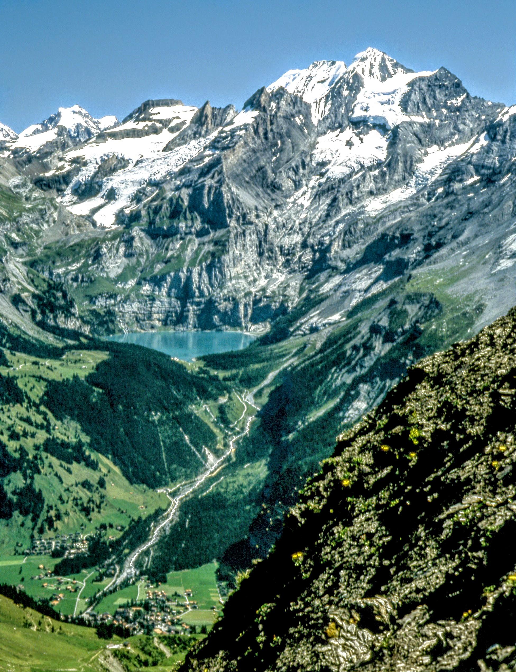 Photo: Öschinensee, Ausflug und Wandern - Blick von Bonderspitz auf Kandersteg, links Jungfau  - mehr Informationen:  http://pagewizz.com/adelboden-das-wanderparadis-im-berner-oberland-wanderung-zur-bonderspitz-mit-ueberraschung/