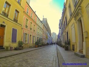 Photo: S'amuser à découvrir les petits détails sur les façades colorées à la façon nordique de l'insolite rue Crémieux dans Paris -e-guide de balade à vélo dans Paris de Notre-Dame à Bercy-Village