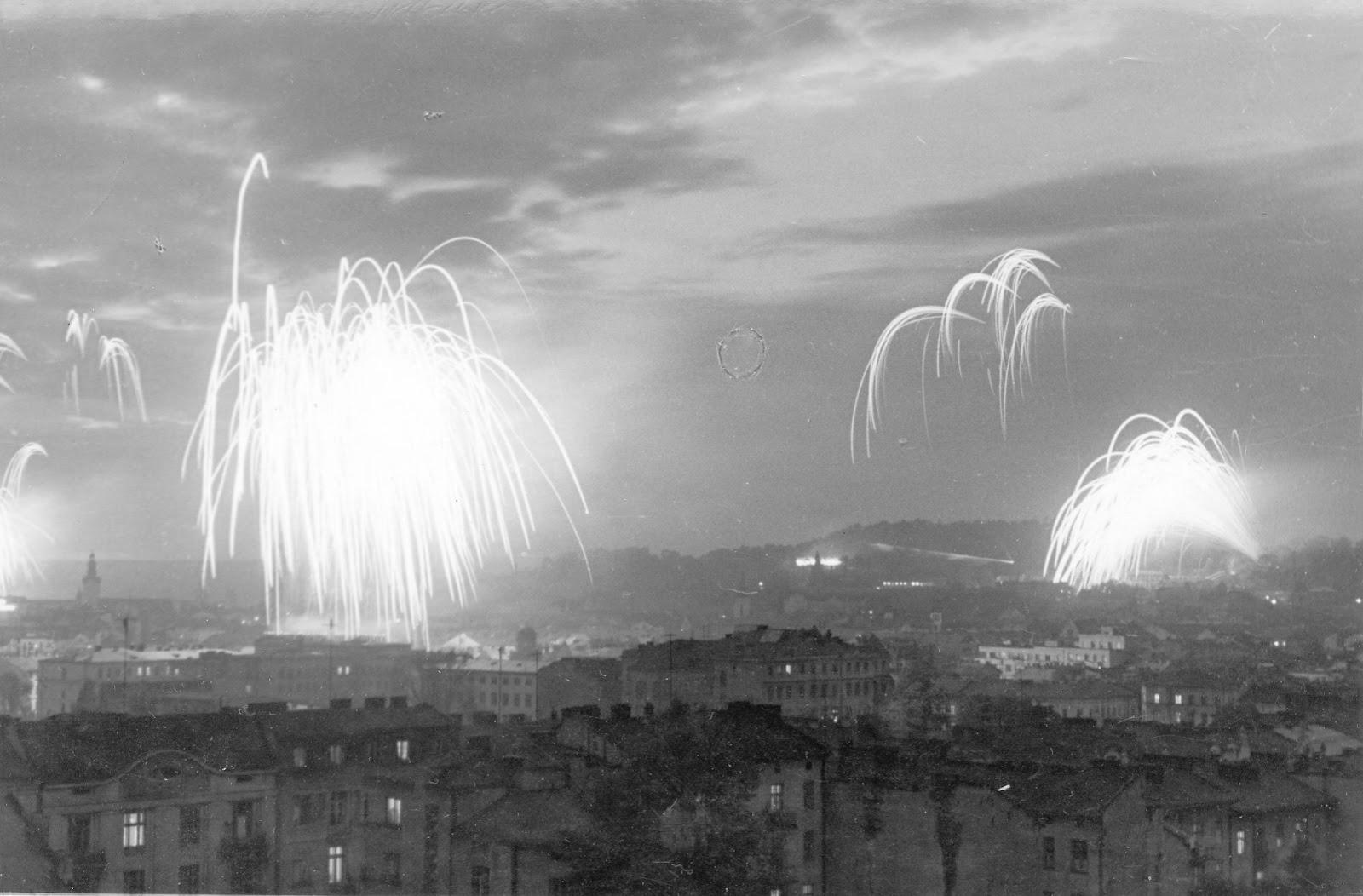 При острой нехватке продуктов в послевоенном Львове власти не жалели денег на организацию советских праздников. На фото — салют в честь Дня победы, 1950‑е годы / DR
