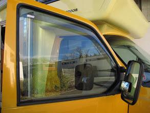 Photo: Windabweiser an den Fahrerhausfenstern ermöglichen regenfreie Belüftung während der Fahrt und auch beim Schlafen. Das ist besonders wertvoll bei Sturm und Regen. Sie verzerren allerdings den Ausblick.  Zusatzspiegele für Totwinkel ist wirkungsvoll und mir sehr wichtig.