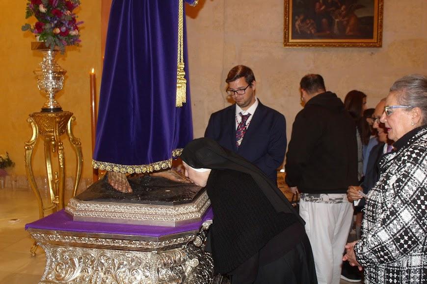 Religiosa besando los pies del Señor Cautivo de Medinaceli.