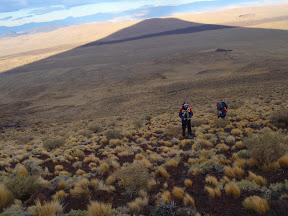 Subiendo al Payun (asusta la sombra del Volcán)