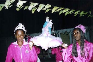 Photo: Ao cair da noite, a procissão sai da comunidade levando os santos em andores para a Igreja de Nossa Senhora do Rosário