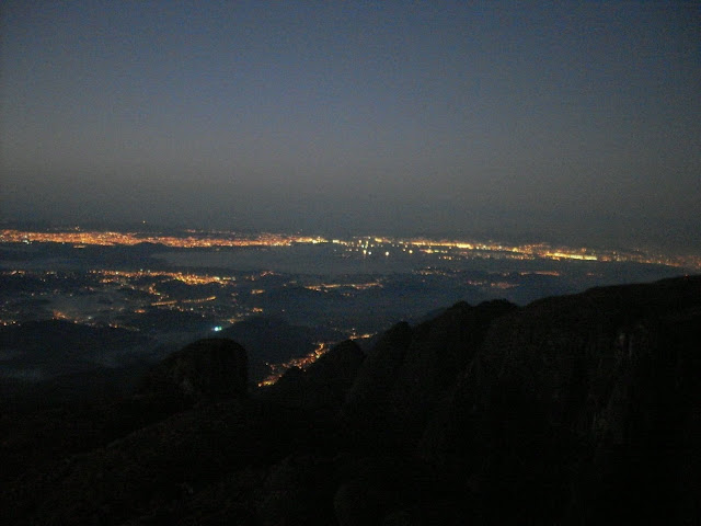 Báia de Guanabara circundada pelas luzes das cidades