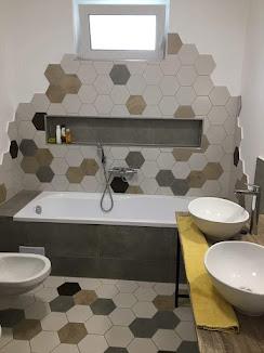 Fürdőszoba hexagonnal burkolva