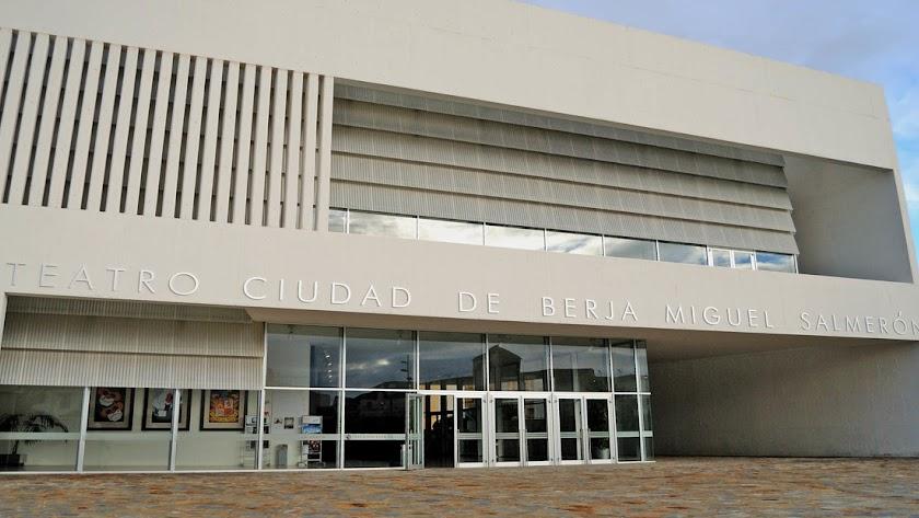 Puerta de acceso principal al Teatro de Berja \'Miguel Salmerón\'.