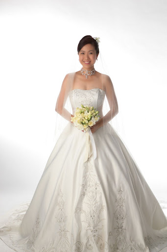 Asian_model_with_bridal_gown