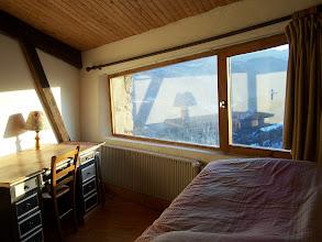 Photo: Chambre-bureau. Magnifique vue sur le paysage. A gauche : bureau. A droite : lit 1 place au-dessus de la voûte en pierre de l'ancienne cheminée ardéchoise.
