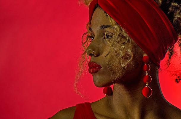 Ragazza su sfondo rosso di stefano_angeli