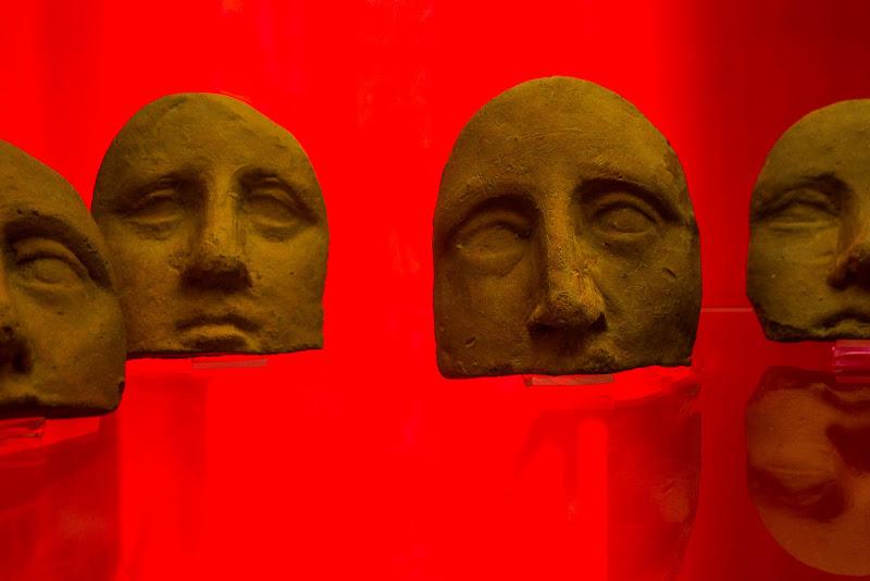 Maschere su fondo rosso di Erre-Gi
