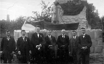 Photo: 1945 wagen voor bevrijdingsoptocht met o.a. Matheus (Theo) Willemsen.j