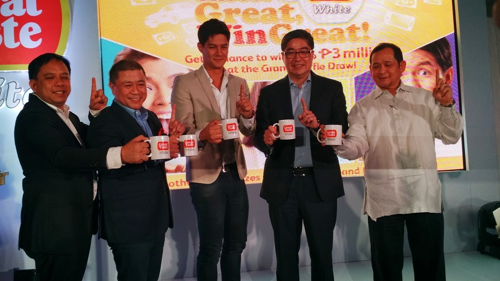 PBB: ALL IN WINNER AND GREAT TASTE WHITE 3-IN-1 ENDORSER DANIEL MATSUNAGA (CENTER) WITH URC PRESIDENT/CEO LANCE GOKONGWEI (2ND FROM RIGHT), URC BEVERAGE GEN. MANAGER EDWIN TOTANES (RIGHT), URC BRANDED CONSUMER FOODS GROUP EXEC. VICE PRESIDENT AND MANAGING DIRECTOR CORNELIO MAPA (2ND FROM LEFT), AND URC POWDERED BEVERAGE MARKETING MANAGER JULIUS FLORES
