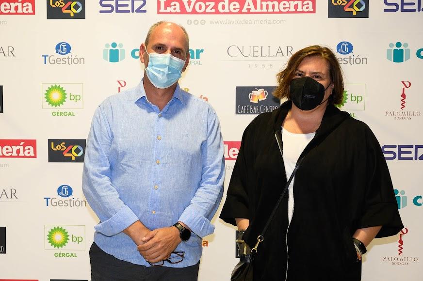 Luis Lombardero, director del IES Sierra Nevada y premiado en Innovación, junto a Zulema Jiménez, jefa de estudios del IES Sierra Nevada de Fiñana.