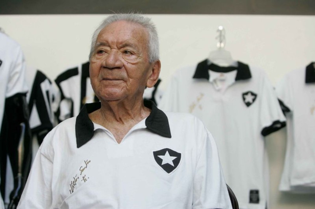 Enciclopédia do futebol e alvinegro fiel  o eterno Nilton Santos     Mulheres em Campo ceabd1a36af6e