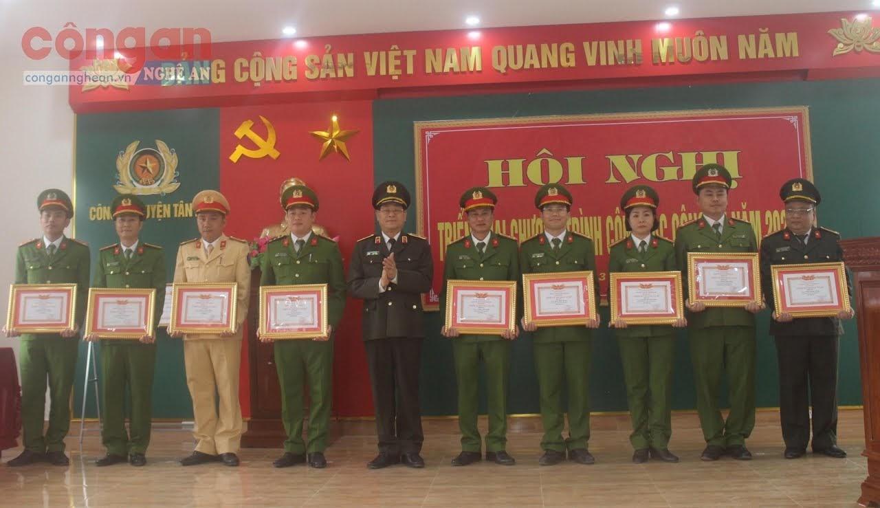 Đồng chí Thiếu tướng Nguyễn Hữu Cầu, Giám đốc Công an tỉnh trao danh hiệu Chiến sĩ thi đua cấp cơ sở năm 2019 cho các cá nhân xuất sắc của Công an huyện Tân Kỳ