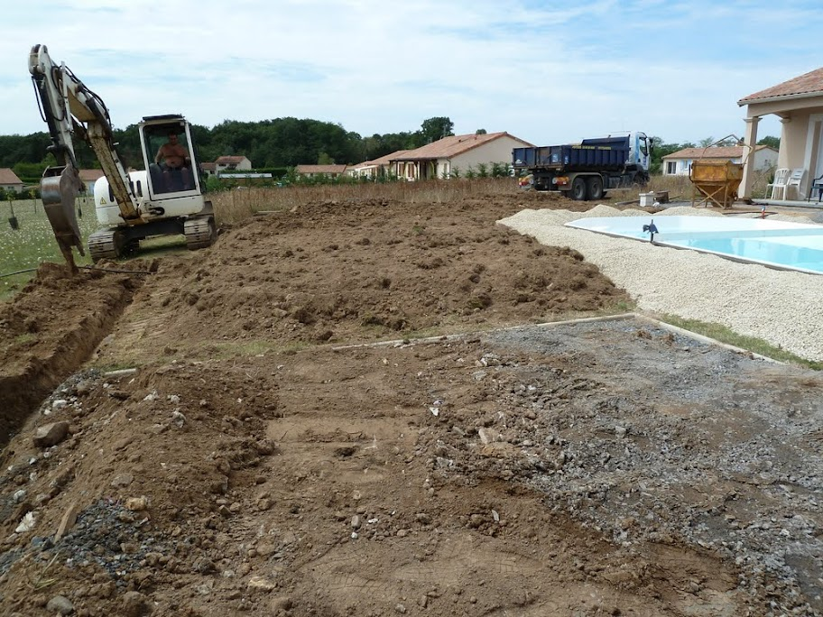 Terrasse plage piscine en composite geolam dans le 86 for Construction piscine 86