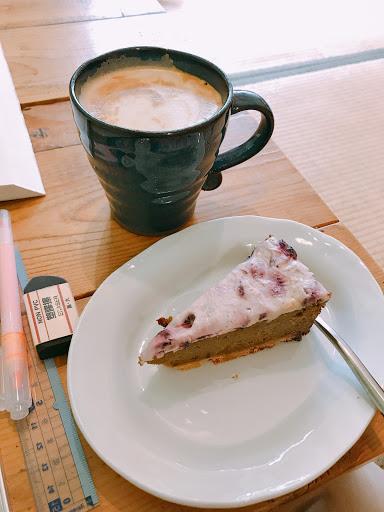 平價就可以選擇各種蛋糕跟派 還有咖啡跟茶的組合 榻榻米的內用空間很舒適
