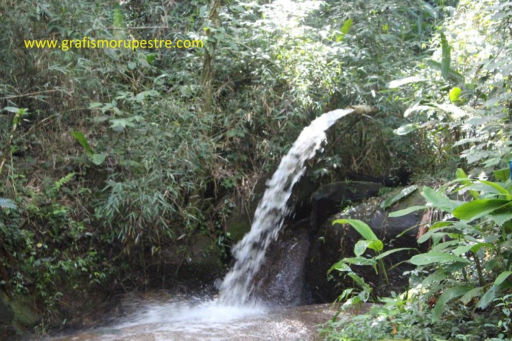Construído com um cano, o local é ideal para uma pausa e coleta de água. A Subida ficará mais íngrime.