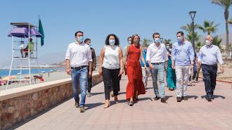 Moreno, Casado y Amat caminan por el paseo marítimo de Balanegra junto a otros dirigentes populares.ros