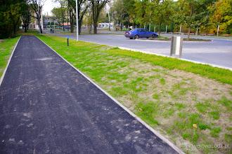 Photo: Drogę dla rowerów od parkingu (także rowerowego) dzieli taki oto trawnik