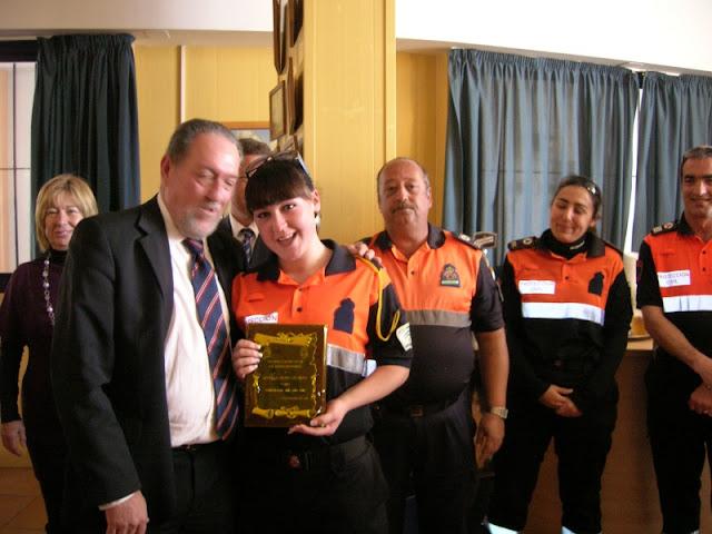 La compañera Nevenka recogiendo su placa de Voluntaria del Año de mano del Sr. Alcalde.