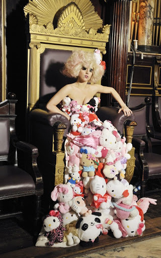 lady-gaga-tons-hello-kitty-dolls
