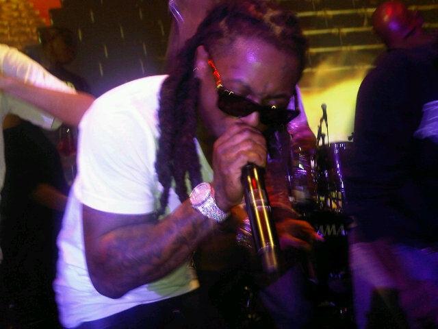 Foto do Lil Wayne se apreesntando na festa de pré-estréia do Grammy 2011